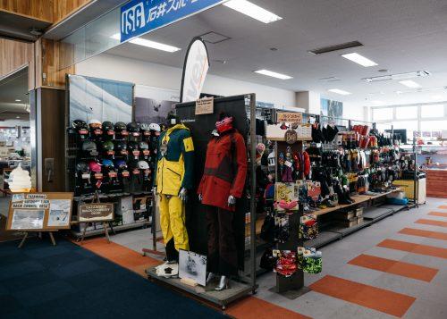 Tienda de esquí en el Tazawako Ski Resort , Akita, Tohoku, Japón.