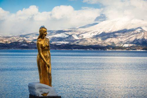Estatua de Tatsuko al lago Tazawako, Akita, región de Tohoku, Japón.