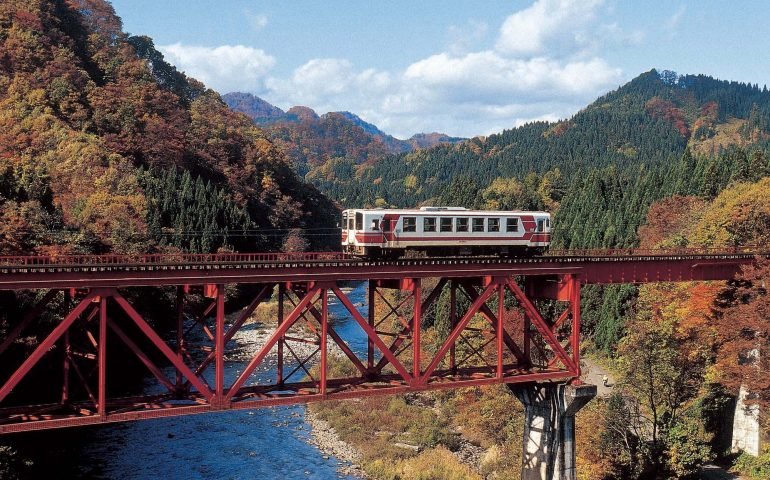 El precioso follaje otoñal a lo largo de la línea de Tren Nairiku en la Prefectura de Akita