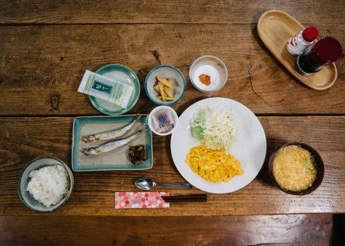 Desayuno japonés al hostal Yodel, Semboku, Prefectura de Akita