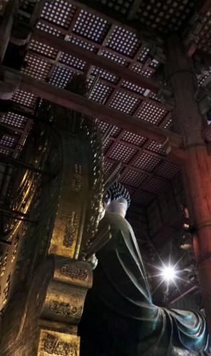 Le Daibustu ou Bouddha géant sur son trône au temple Tōdai-ji à Nara