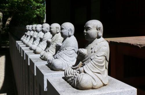 Statues de Bouddha au Yakuo-in Daishi-do du temple Yakuo-in au mont Takao