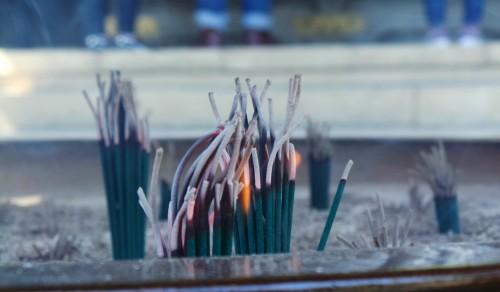 Encens brûlé à Yakuo-in Izuna Gongen-do, bâtiment principal du temple Yakuo-in au mont Takao