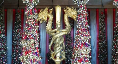 Clochettes dorées à Yakuo-in Izuna Gongen-do, bâtiment principal du temple Yakuo-in au mont Takao