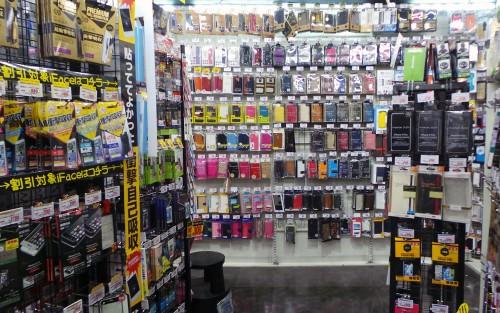 Le vaste rayon téléphonie de la chaîne de magasins Don Quijote.