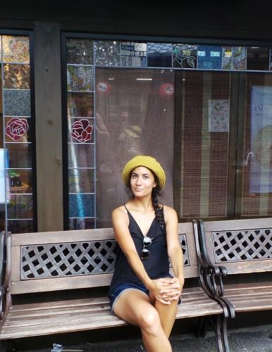 Je prends la pose sur un banc à Yufuin sur l'île de Kyushu
