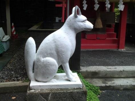 Renard gardien d'un sanctuaire shinto