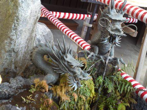 Détail d'un sanctuaire shinto : dragons tatsu