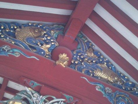 Détail d'un sanctuaire shinto : carpes koi.