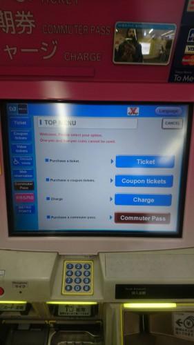 Acheter une carte rechargeable dans le métro au Japon.