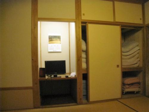 Futons rangés dans l'armoire de la chambre Chambre d'un minshuku Yamakoshi, Niigata, Japon.