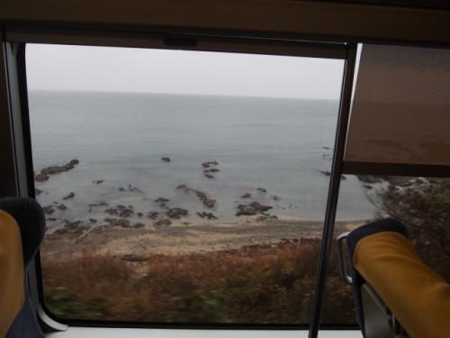 Vue sur la mer du Japon du train KiraKira Uestu sur la route pour Murakami, Niigata, Japon.
