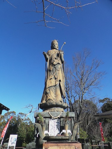 a 16 meter statue of Kanzan-ji-dai-kanon (Bodhisattva of compassion) protects the Hamana-ko lake.