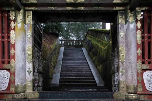 les escaliers en pierre au sanctuaire Toshogu à Nikko