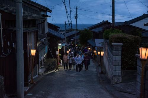 Le festival Yoi No Mai avec la danse traditionnelle Aikawa Ondo dans la rue principale d'Aikawa sur l'île de Sado au Japon