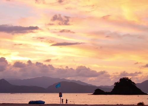 La plage Wakasa Wada Beach au coucher de soleil, au nord de Kyoto dans la préfécture de Fukui, au Japon.