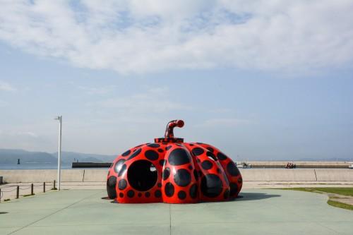 Naoshima au Japon, l'île artistitique avec le red pumpkin de Yayoi Kusuma