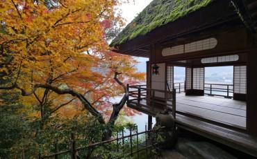 Le pavillon surplombe la rivière