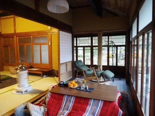 Table chauffante kotatsu dans la véranda.