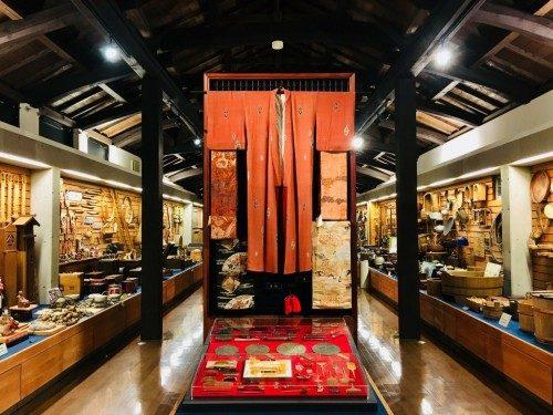 Exposition très riche du musée d'art folklorique Uwa.