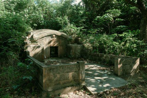 Tombe au style typique de Taketomi dans la Préfecture d'Okinawa, Japon