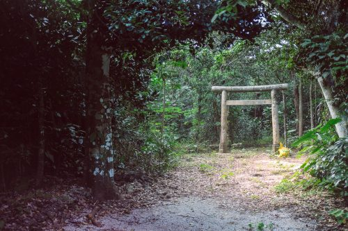 Un temple en pleine nature sur l'île de Taketomi dans la Préfecture d'Okinawa, Japon