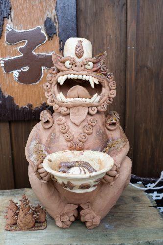 Exemple de shisa en terre cuite à Taketomi dans la Préfecture d'Okinawa, Japon