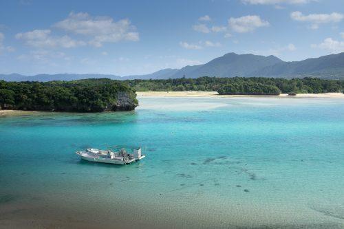 Eau turquoise et paysage montagneux depuis la baie de Kabira à Okinawa, Japon