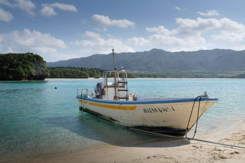 L'un des nombreux bateaux parcourant la baie de Kabira à Okinawa, Japon