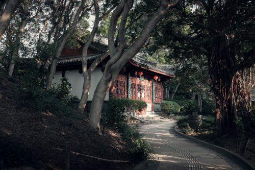 Architecture chinoise dans le jardin Fukushuen à Naha dans la Préfecture d'Okinawa, Japon