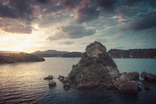 Vue de l'île de Kouri, à proximité de l'aquarium Churaumi, reliée à l'île d'Okinawa, Japon
