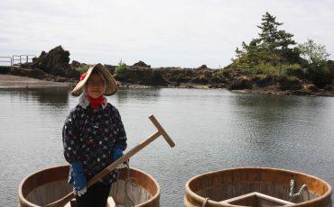 Une conductrice de tarai-bune en vêtements traditionnels sur l'île de Sado, dans la Préfecture de Niigata, Japon