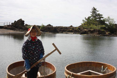 Tour dans un bateau tarai-bune sur l'île de Sado, dans la Préfecture de Niigata, Japon