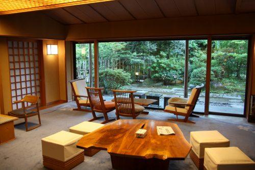 Espace salon du ryokan Yumeya à Iwamuro, près de Niigata au Japon