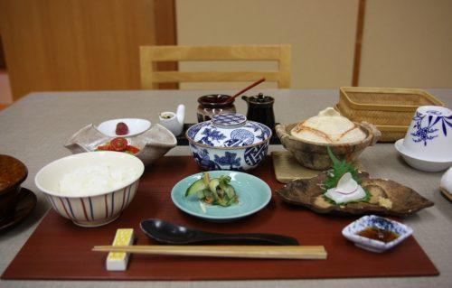 Petit-déjeuner au ryokan Yumeya à Iwamuro, près de Niigata au Japon