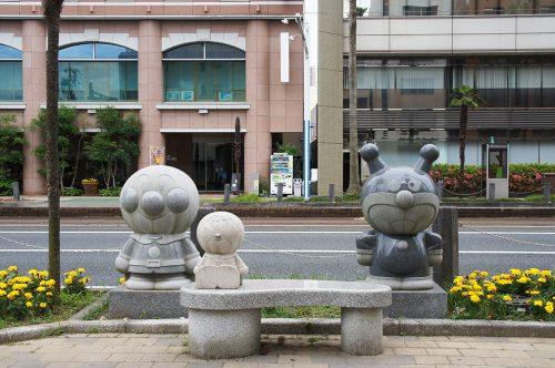 Statues du personnage Anpanman dans la ville de Kochi, sur l'île de Shikoku, Japon