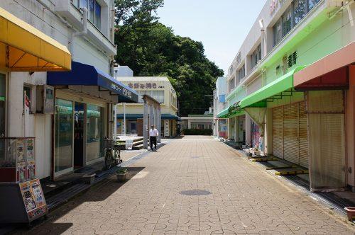 Rue menant à la plage de Katsurahama dans la ville de Kochi, sur l'île de Shikoku, Japon