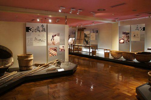 Techniques de fabrication et outils exposés au Musée du Papier Tosa Washi dans la Préfecture de Kochi, Japon