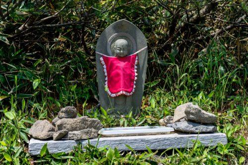 Statue de Bouddha dans une clairière sur les flancs du Mt. Mokoto à Koshimizu, Hokkaido, Japon