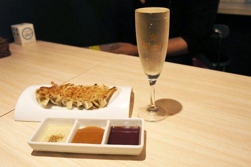 Gyozas grillés et vin pétillant au Karasuma Bar Yokocho, Kyoto, Japon