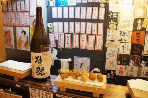 Brochettes kushikatsu et saké au Karasuma Bar Yokocho, Kyoto, Japon