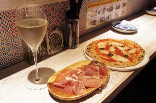 Jambon de parme, pizza et vin pétillant au Karasuma Bar Yokocho, Kyoto, Japon
