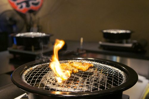 Restaurant de viande à griller au Karasuma Bar Yokocho, Kyoto, Japon