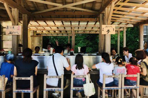 Restaurant en plein air de nagashi somen, près de Toon, Ehime, Japon