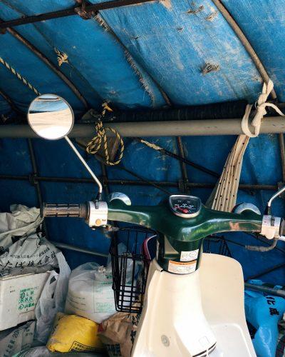 Scooter garé dans une tente dans un village près de Toon, préfecture d'Ehime, Japon