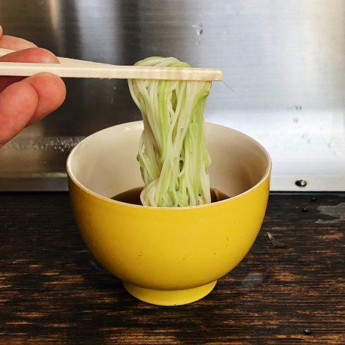 Bol de nagashi somen dans un restaurant près de Toon, Ehime, Japon
