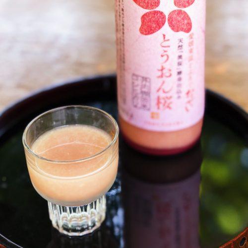 Verre de doburoku servi au restaurant Botanchaya près de Toon, préfecture d'Ehime, Japon