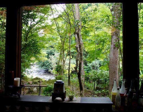 Vue depuis le Ryokan Sanso-Tensui à Amagase Onsen dans la préfecture d'Oita, Kyushu, Japon