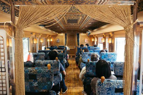 La décoration rétro À l'intérieur du train Kawasemi Yamasemi, préfecture de Kumamoto, Kyushu, Japon