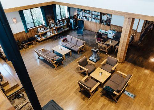 Salle commune au refugeduMori-no-Ie, à Iiyama, préfecture de Nagano, Japon